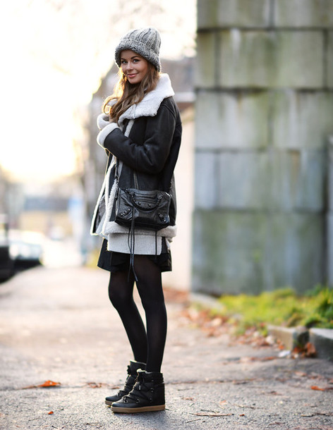 stylista, blogger, skirt, wedge sneakers, shearling jacket .